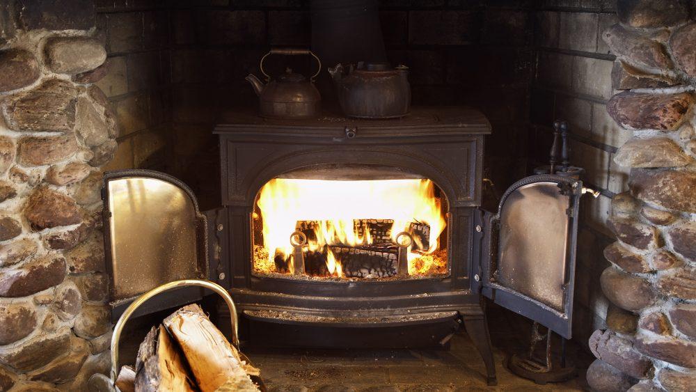 Voorbeeld oude houtkachel afvoeren vernietigen destructie